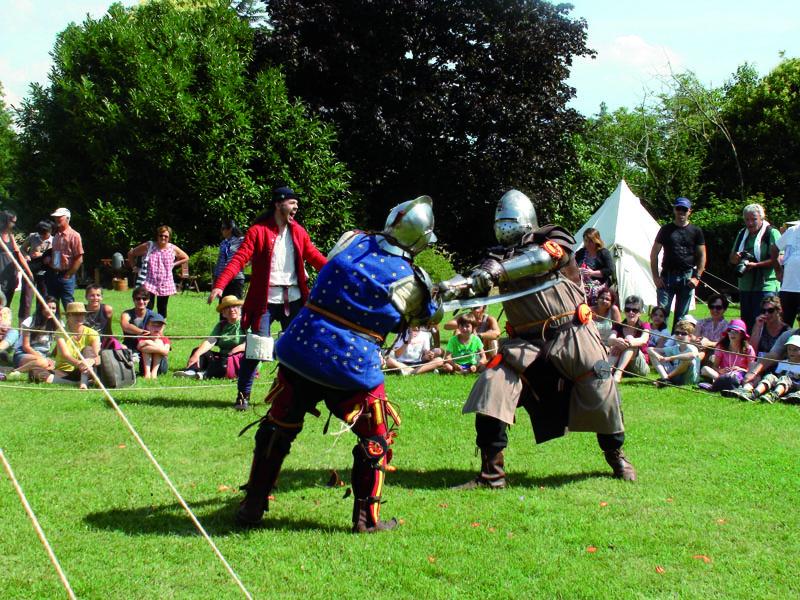 Highlights Copyright--_Ducourret_Gravereau_CRT_NA-Scene_de_combat_medieval_lors_du_festival_de_cap_et_d_epee_du_Chateau_de_Vayres-10227