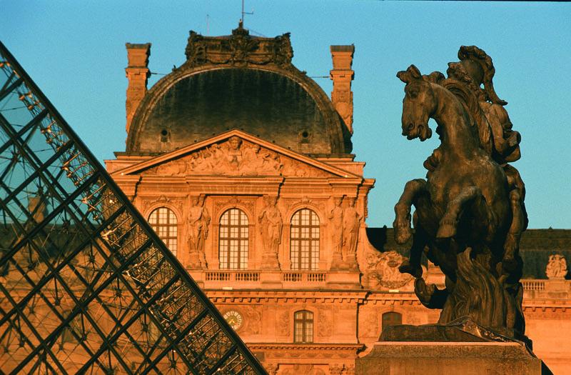 musee du louvre et pyramide du louvre -Pavillon de l'horloge © Carmen MoyaDavid Lefranc Office de tourisme de Paris