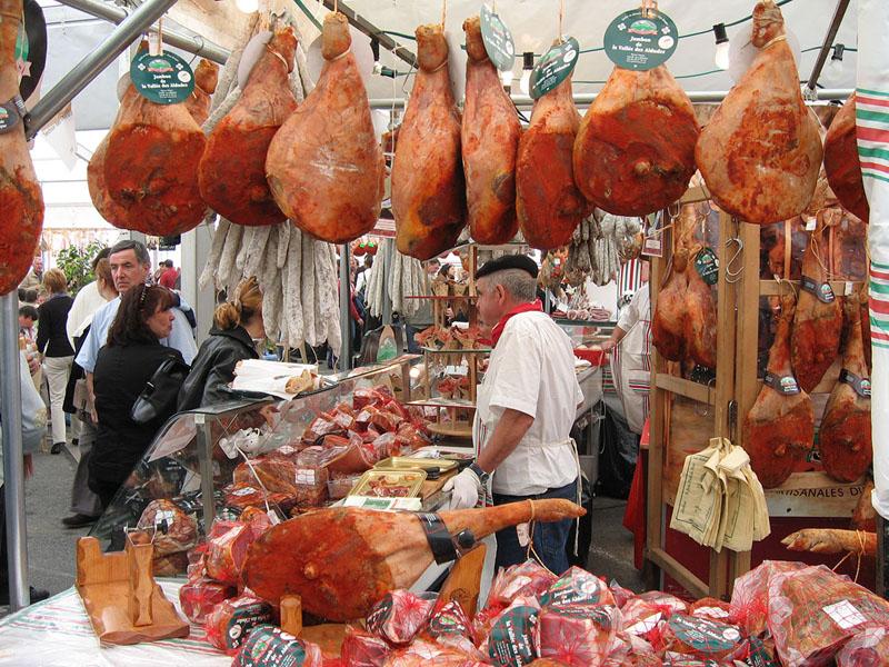 Etal de jambons suspendus © CRTNA Brigitte Bloch